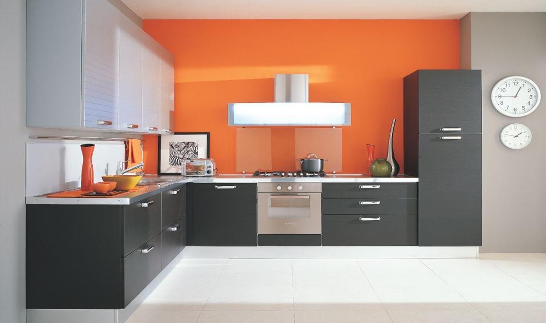 مدل کابینت آشپزخانه با کابینت تیره و دیوار نارنجی