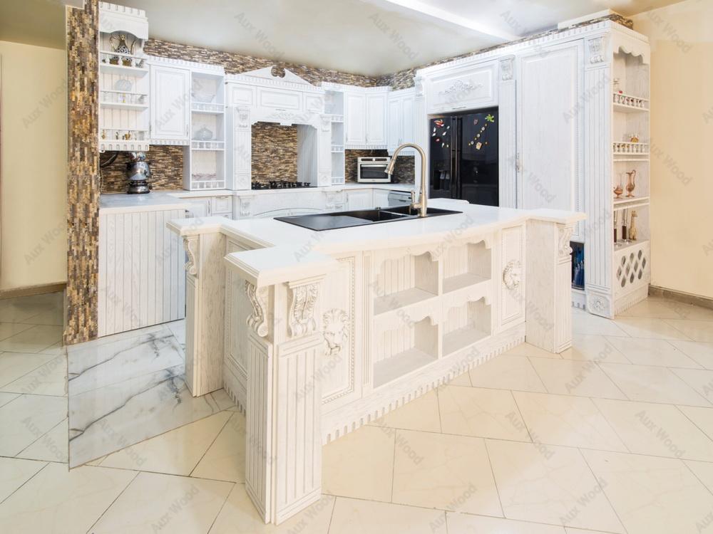 طراحی کابینت ممبران با جزیره در یک آشپزخانه کلاسیک و سفید