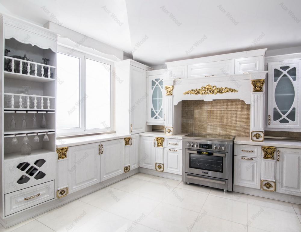 آشپزخانه سفید و کوچک ال شکل با کابینت مدرن و پنجره های بزرگ
