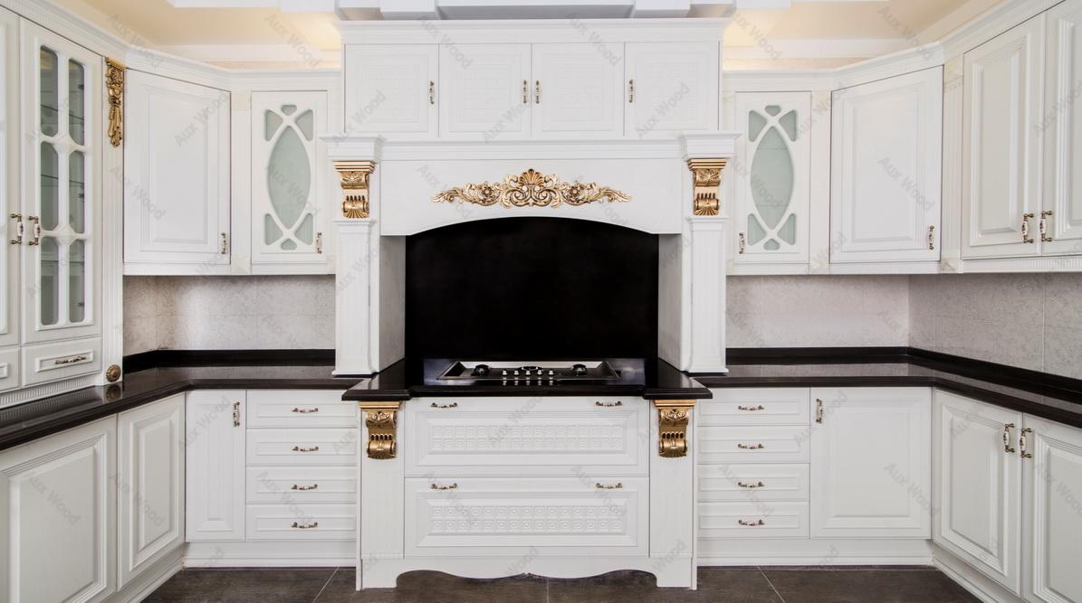 کابینت مدرن سفید در آشپزخانه کوچک با منبت های طلایی