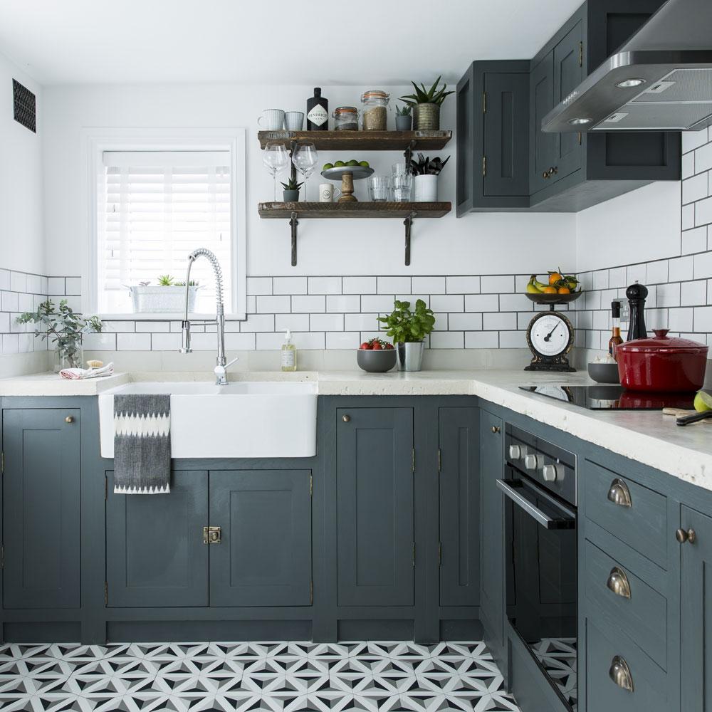 مدل کابینت آشپزخانه خارجی با رنگ طوسی تیره و سفید
