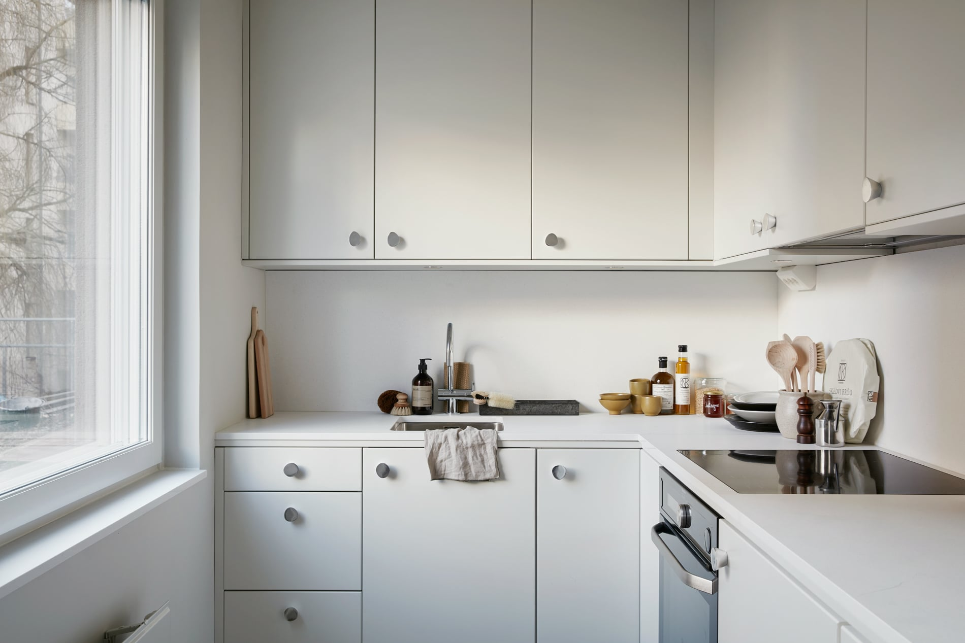 اشپزخانه کوچک سفید با نور طبیعی