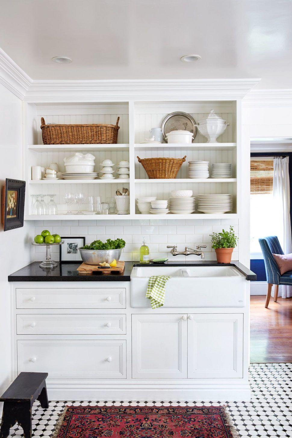 استفاده از قفسه های کوچک و بزرگ برای فضای آماده سازی در دیزاین یک آشپزخانه کوچک