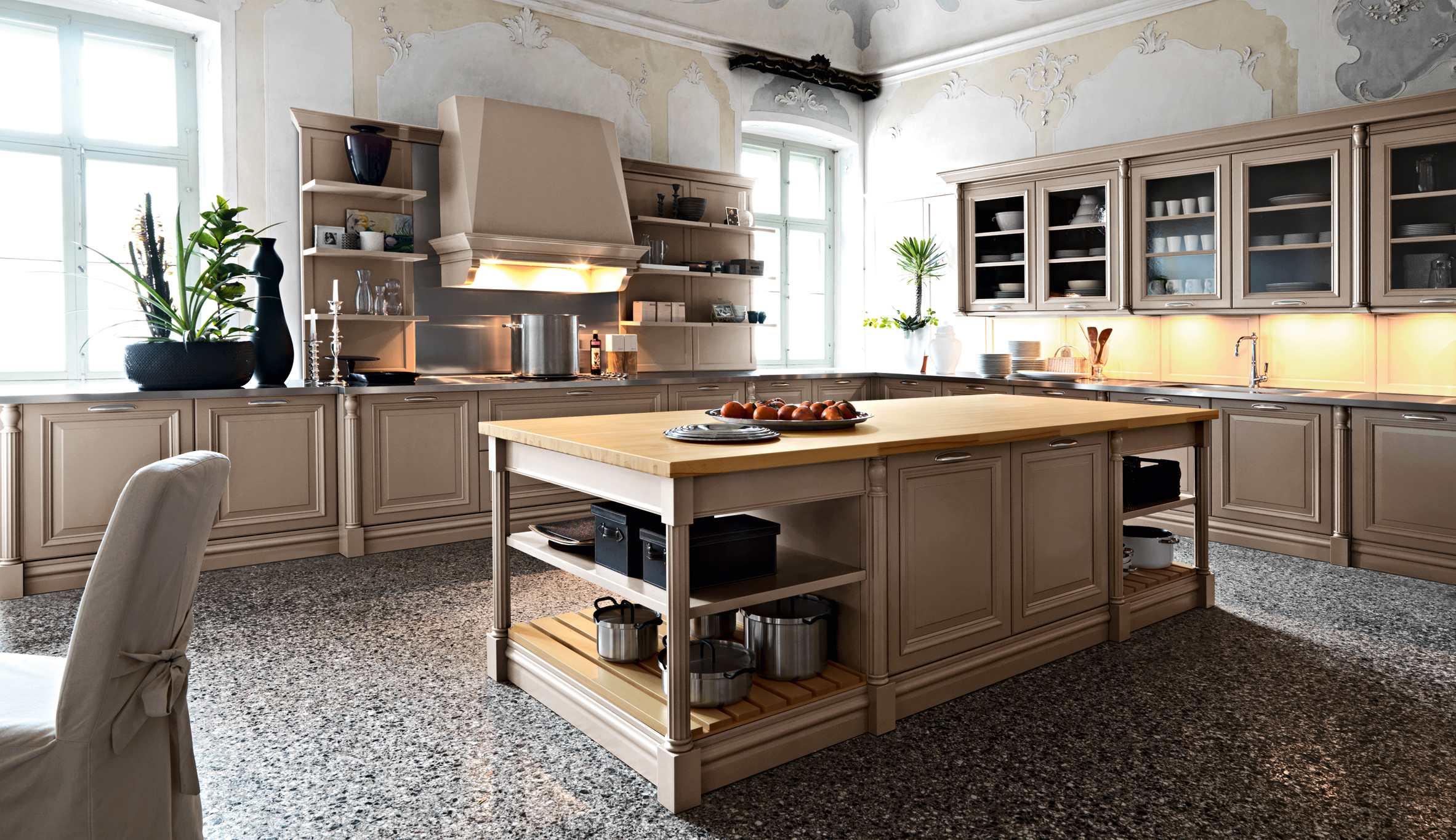 آشپزخانه ال شکل بزرگ با کابینت روشن مشرف به فضای سالن