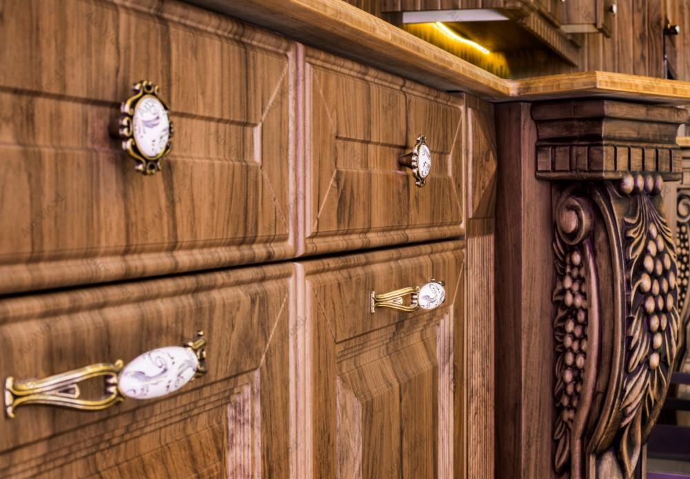 کابینت تمام چوب کلاسیک با منبت روی سر ستون ها