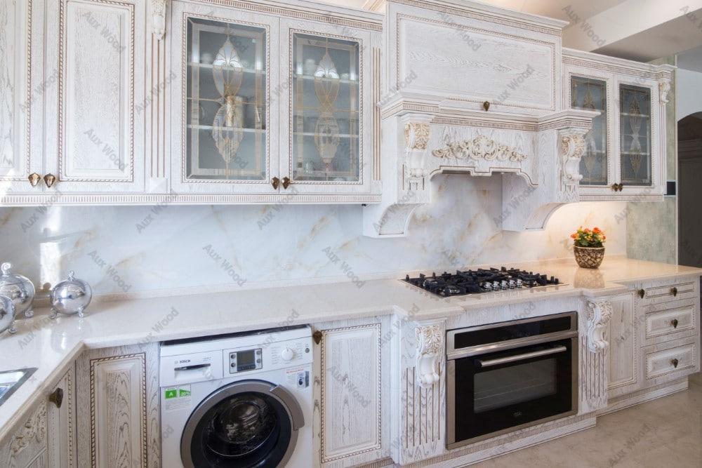 آشپزخانه با کابینت سفید روشن