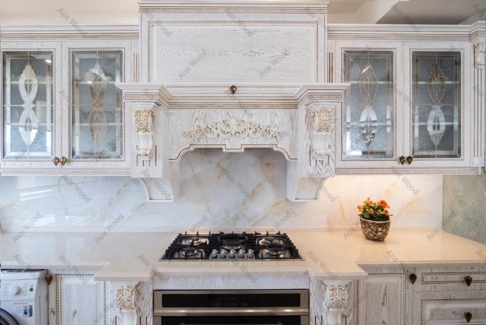 طراحی کابینت ممبران برای آشپزخانه های کوچک با منبت سفید طلایی