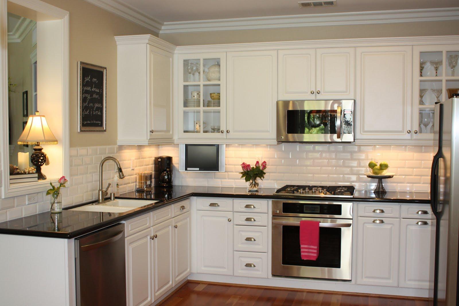 کابینت آشپزخانه کوچک با رنگ سفید