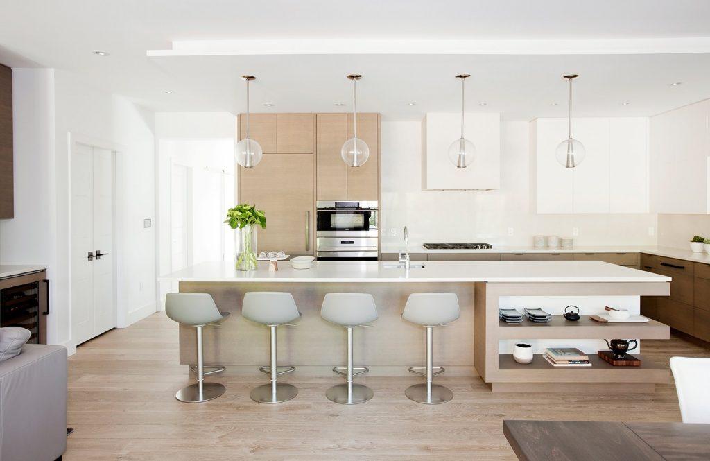 کابینت مدرن در آشپزخانه بزرگ با پیشخوان کشیده سفید
