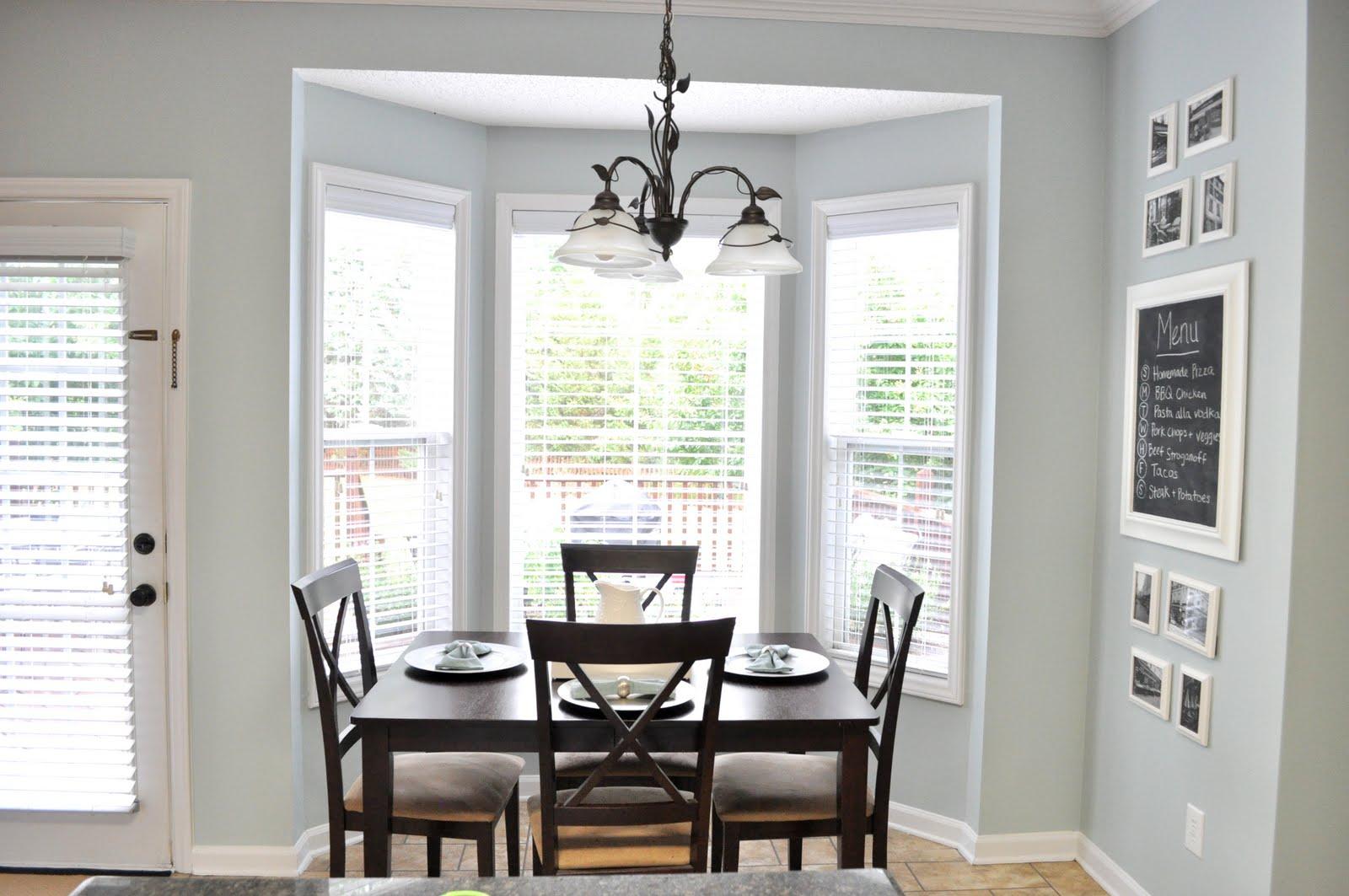 میز کنار پنجره در محیط آشپزخانه کلاسیک