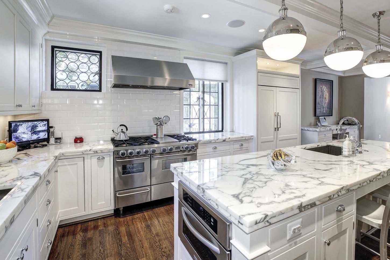 آشپزخانه مدرن با اپن مرمر و گاز استیل