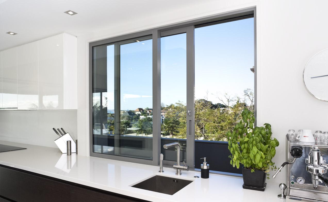 نور در آشپزخانه کوچک با کابینت سفید