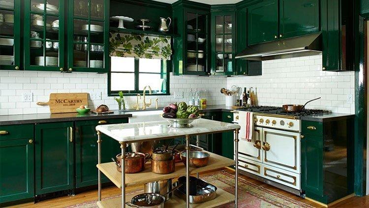 کابینت آشپزخانه سبز با دیوار سفید و خارجی