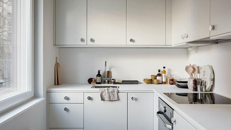 کابینت ام دی اف سفید در آشپزخانه کوچک با نور گیر خوب