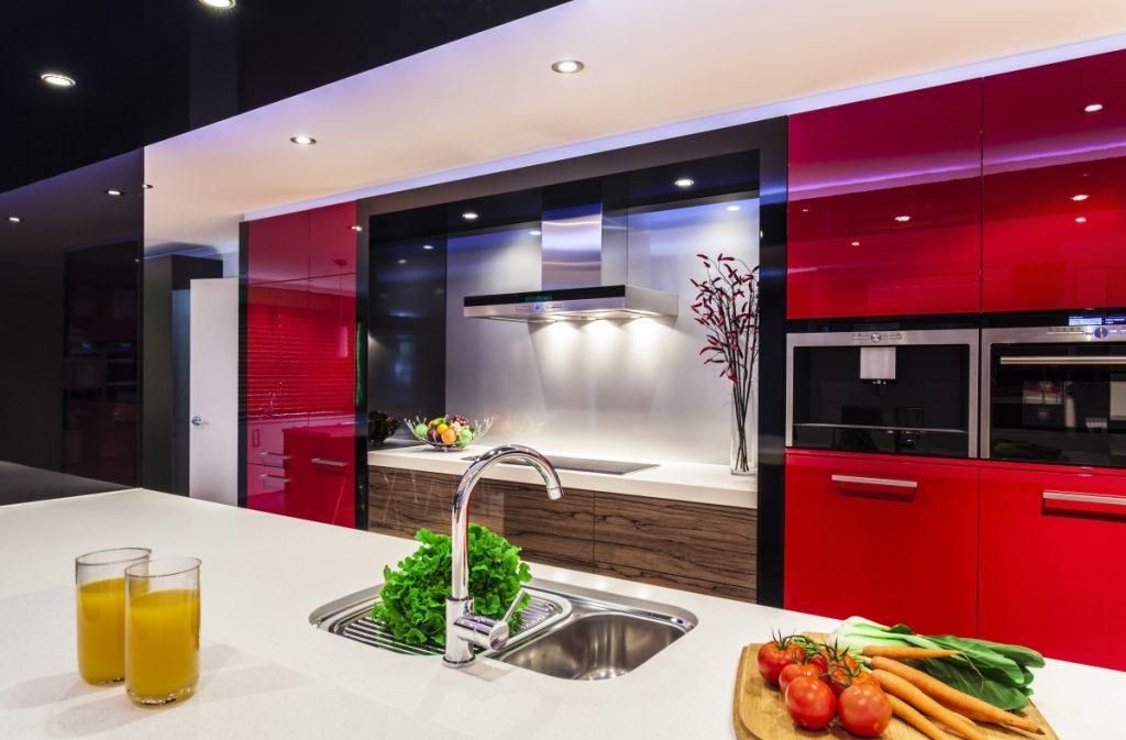 کابینت قرمز هایگلاس با ترکیب سفید و چوب