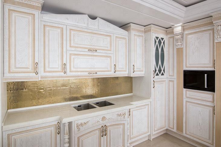 کابینت وکیوم سفید طلایی در آشپزخانه کلاسیک