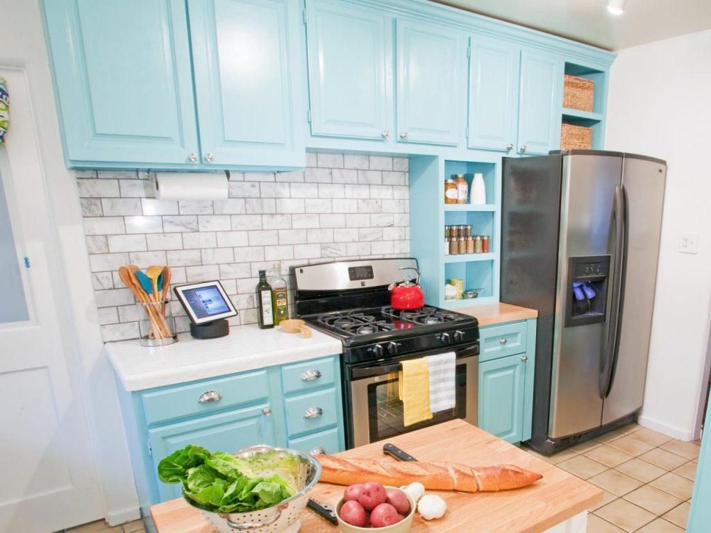 آبی روشن رنگ کابینت آشپزخانه کوچک
