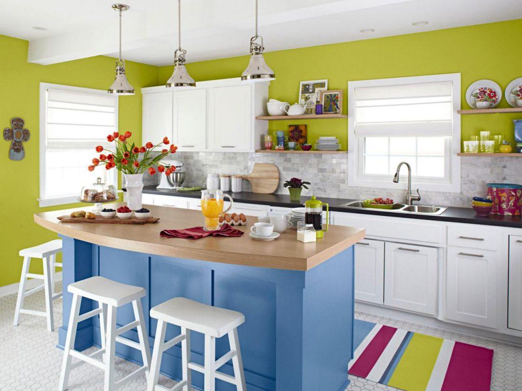 رنگ کابینت آشپزخانه کوچک با رنگ های گرم زیباتر می شود