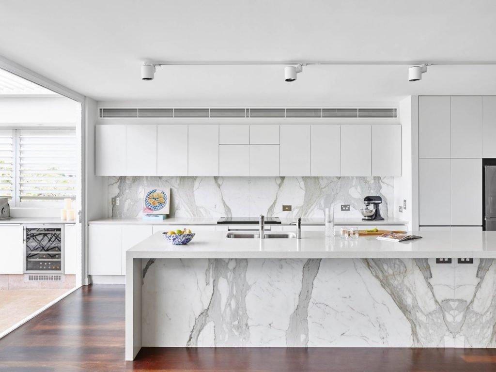 کابینت مدرن سفید رنگ با نمای مرمر