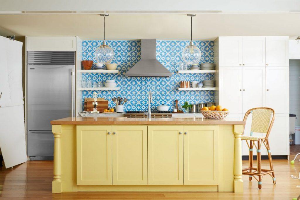 ترکیب رنگ کابینت آشپزخانه کوچک با رنگهای گرم زوشن و رنگهای خنثی