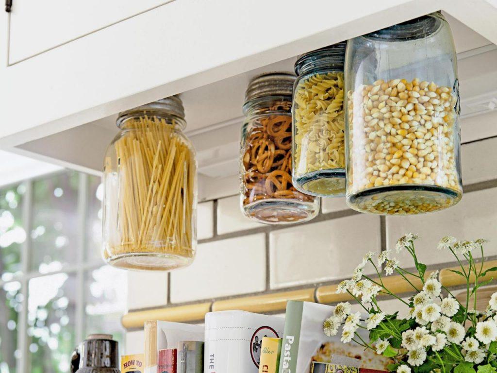 کابینت آشپزخانه کوچک ایرانی و استفاده از دیوار بین کابینت ها