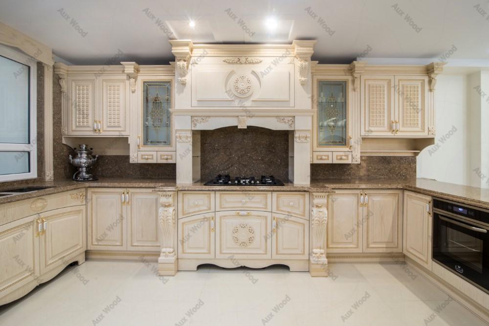 کابینت آشپزخانه سلطنتی کرم رنگ با منبت و کاور هود