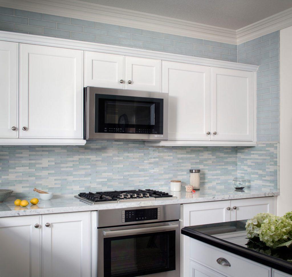 کابینت آشپزخانه ام دی اف سفید یا دیوارهای آبی سفید