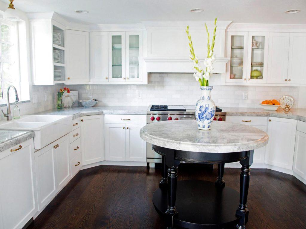 کابینت آشپزخانه ام دی اف سفید با دستگیره های طلایی