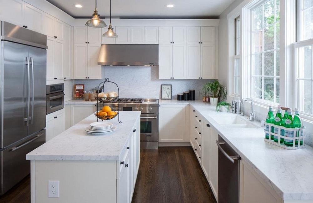 کابینت آشپزخانه ام دی اف سفید با نورگیری طبیعی