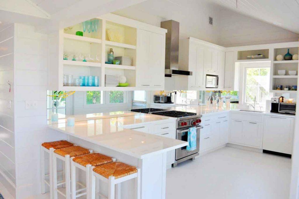کابینت آشپزخانه U شکل سفید با نور طبیعی