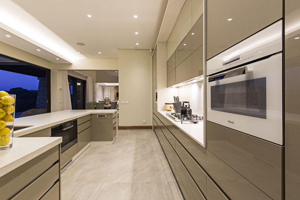 کابینت پلی گلاس در آشپزخانه های بزرگ