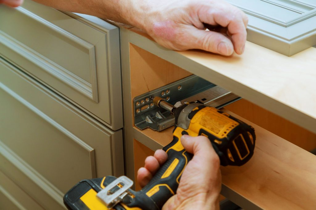 مراحل نصب بدنه به درب کابینت www.rolplak.com