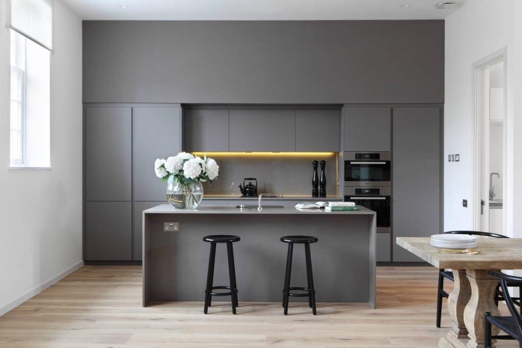 طراحی مناسب کابینت آشپزخانه طوسی رنگ