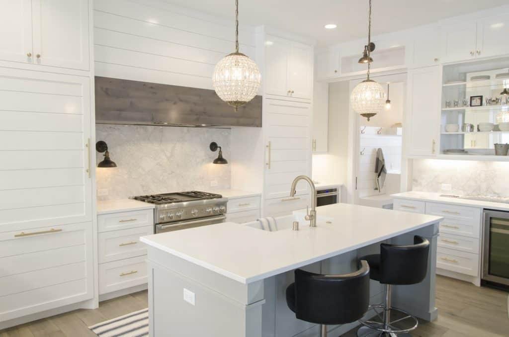 هفت دلیل که به شما میگوید چرا کابینت سفید برای آشپزخانههای کوچک مناسب است؟
