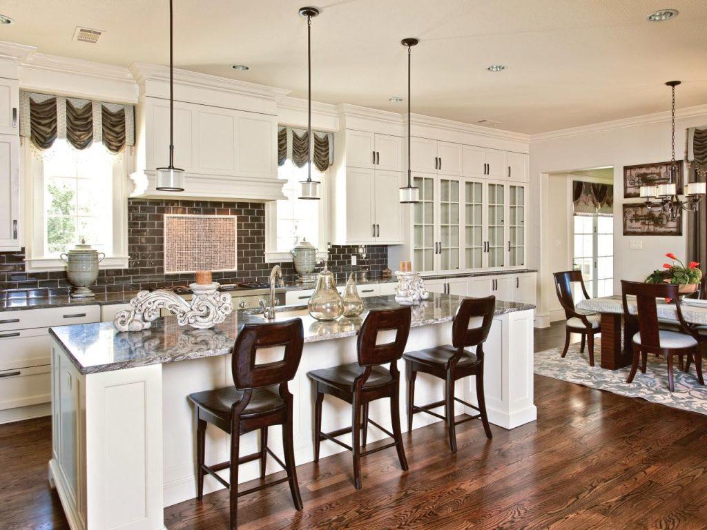 مبل و یا صندلی راحتی در آشپزخانه بگذارید.