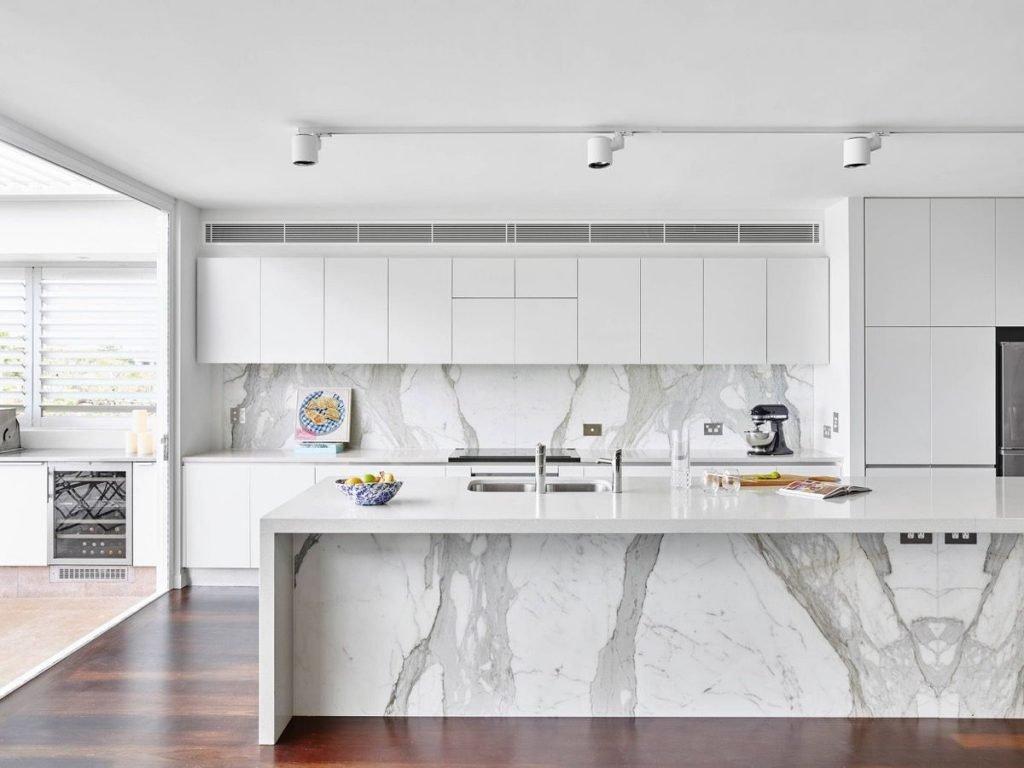 استفاده از رنگهای روشن و براق در آشپزخانه مدرن