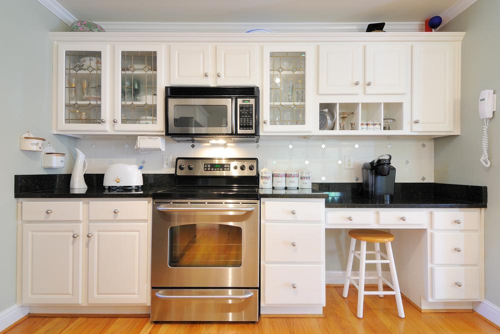 مدل آشپزخانه کوچک با کابینت های درب شیشه ای