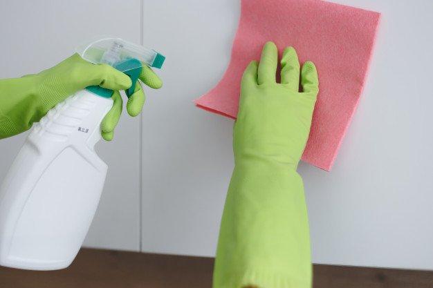 زرد شدن کابینت هایگلاس به علت عدم تمیز کردن