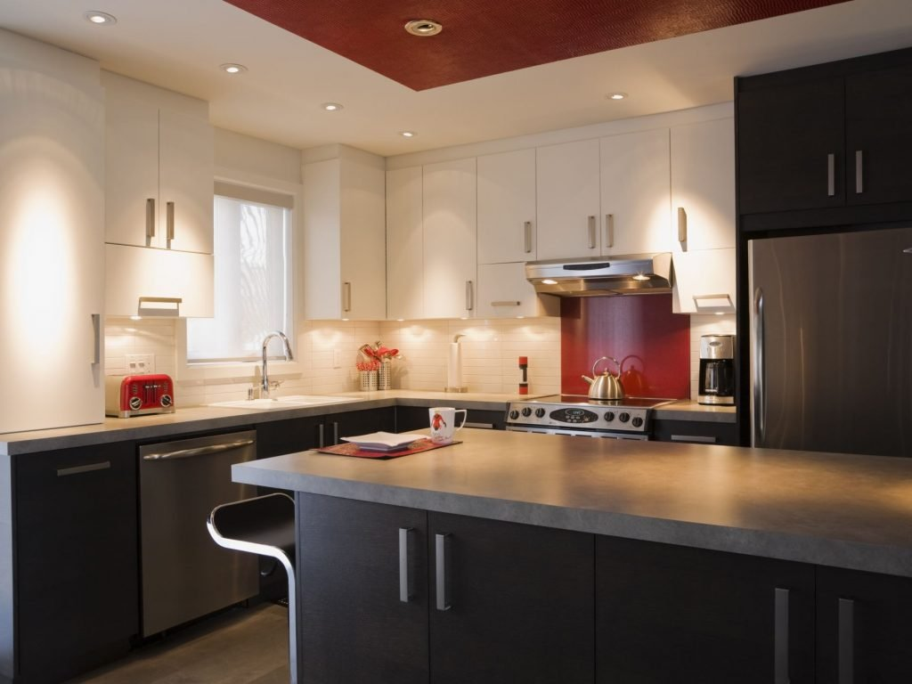 نورپردازی آشپزخانه در زیر کابینتهای ردیف بالایی