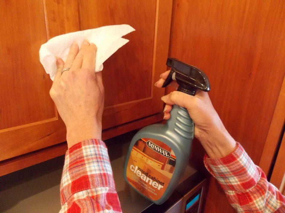 استفاده از شوینده ها برای پاک کردن چربی آشپزخانه