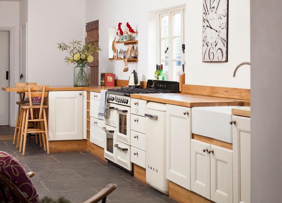 کابینت سفید در آشپزخانه کوچک با زوار و رویه چوبی