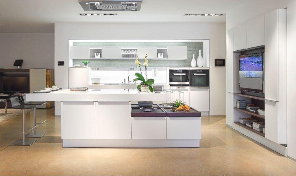 تعبیه تلویزیون در آشپزخانه مدرن با کابینت سفید
