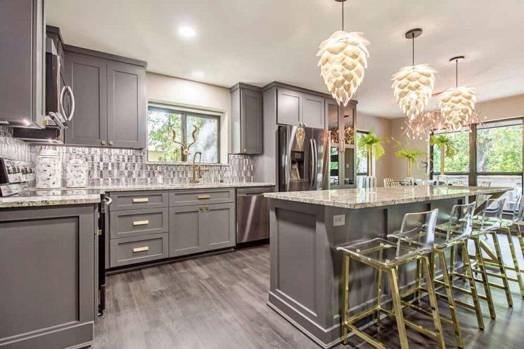 کابینت آشپزخانه با طراحی تا سقف طوسی 2021
