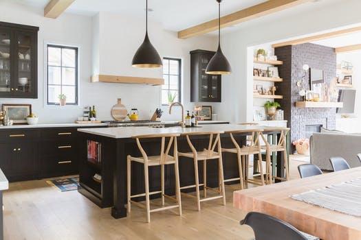 کابینت آشپزخانه مشکی با جزیره بزرگ و پیشخوانهای سفید 2021