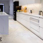 کابینت های گلاس و رقص نور در آشپزخانه