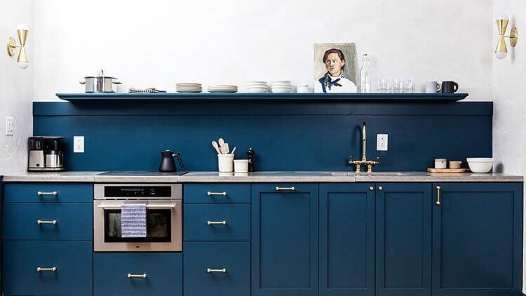 آشپزخانه با کابینت آبی